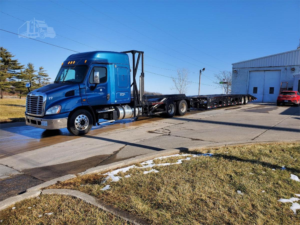 Photo 2013 Freightliner Cascadia Semi Tractor With 2017 Sun Country Trailer